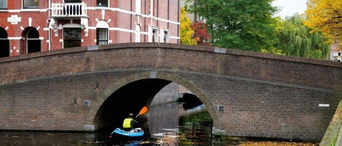 Bruggetje met kano in Den Haag