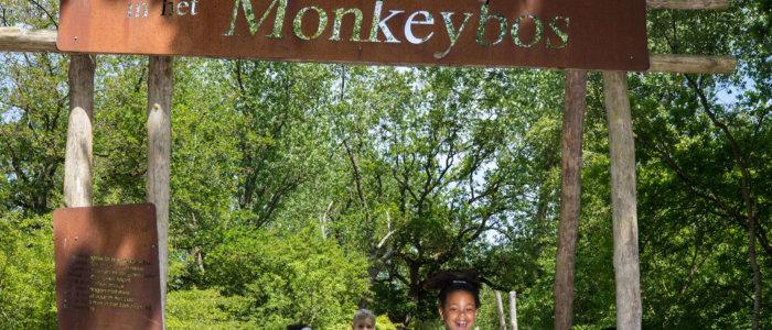 Kinderen bij de ingang van het Monkeybos