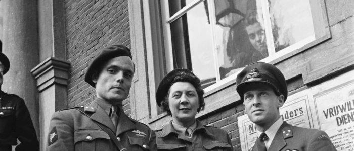 Bezoek van koningin Wilhelmina en prinses Juliana aan Breda in 1945. Adjudanten van koningin Wilhelmina, (vlnr. Peter Tazelaar, Rie Stokvis, Erik Hazelhoff Roelfzema).