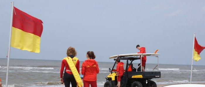 Twee lifeguards houden de baders in de gaten.