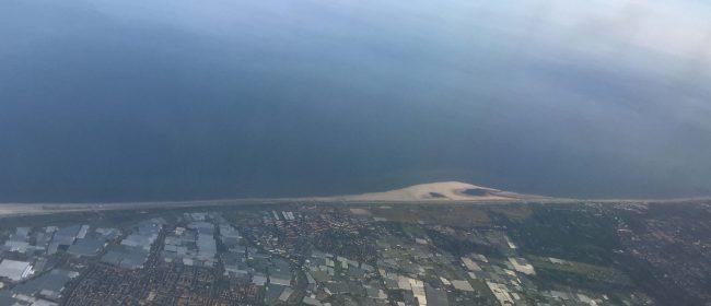 Luchtfoto van 's Gravenzande met Kassen